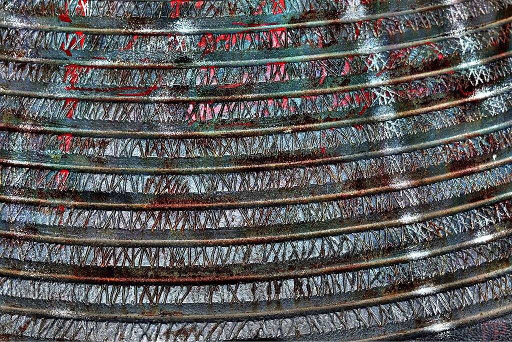 © François Ponthieu 2014 . Vieux pot fatigué en métal, malmené par les caprices du temps et des saisons, tagué par endroits.