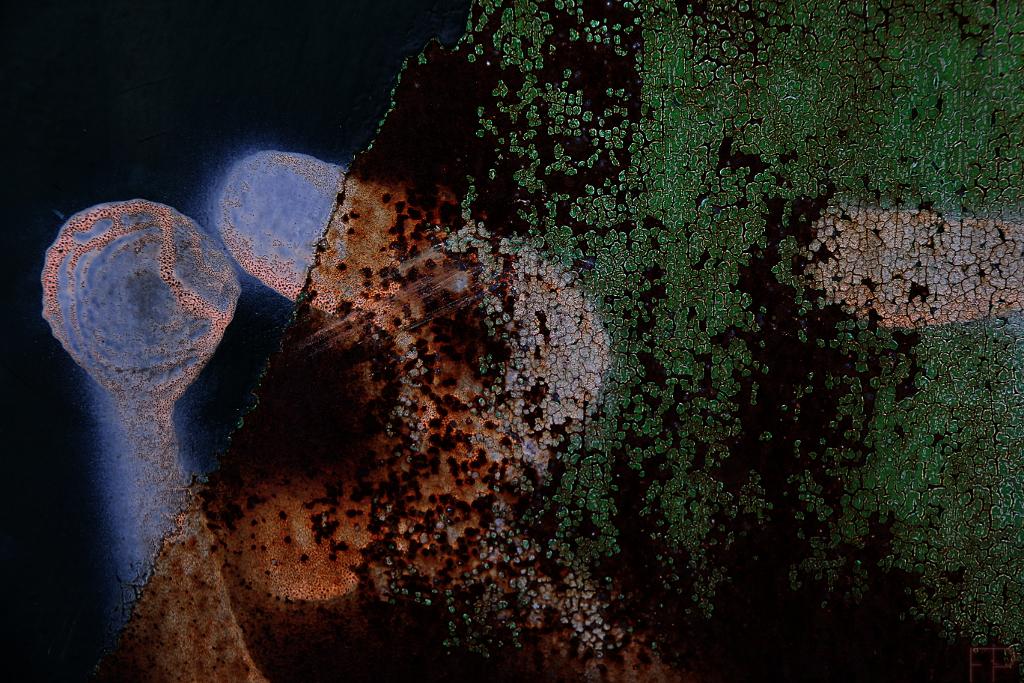© François Ponthieu 2013 . Plaque de tôle, recouverte de peinture à l'origine, le tout accompagné de quelques tags. L'ensemble étant sérieusement attaqué par la rouille.