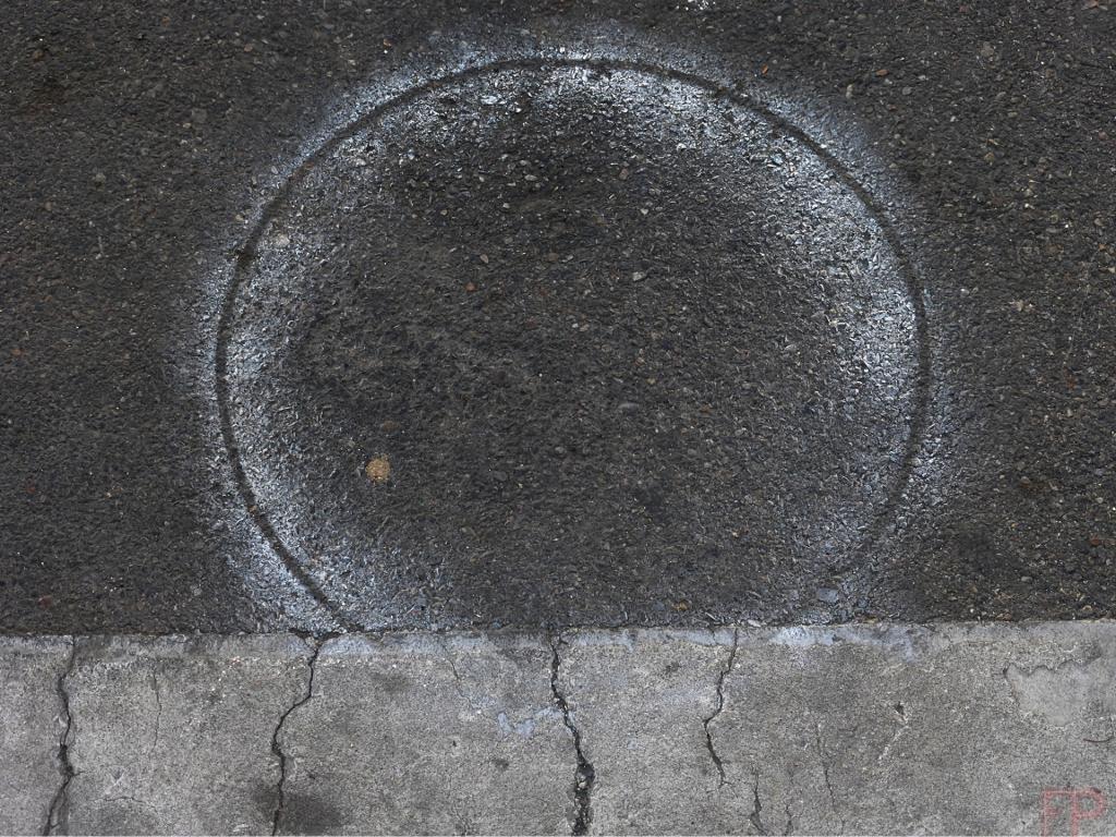 © François Ponthieu 2014 . Eclipse . Fond de pot de peinture, incrusté dans le goudron encore frais d'un caniveau... (supposition)